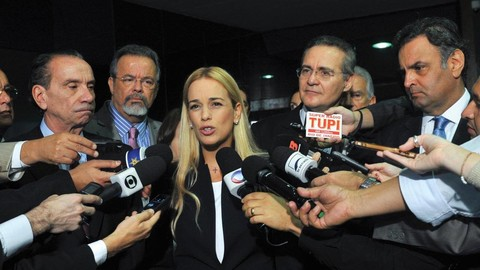 Lilian Tintori surrounded by reporters